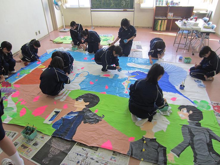 顧問をしている美術部の部活動の様子。学校行事で使用するステージ幕の制作