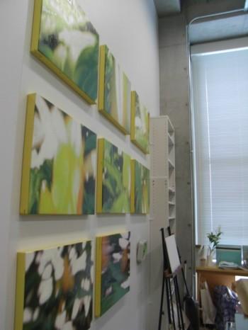アトリエには個展の出品を待つ作品が…。
