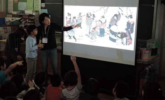 西東京市の小学校で実施している対話型鑑賞の授業風景