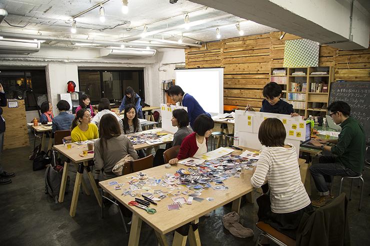 会社間を越えたメンバーで、企画から運営まで手がけた「あす着る服の物語を考えるワークショップ」の様子